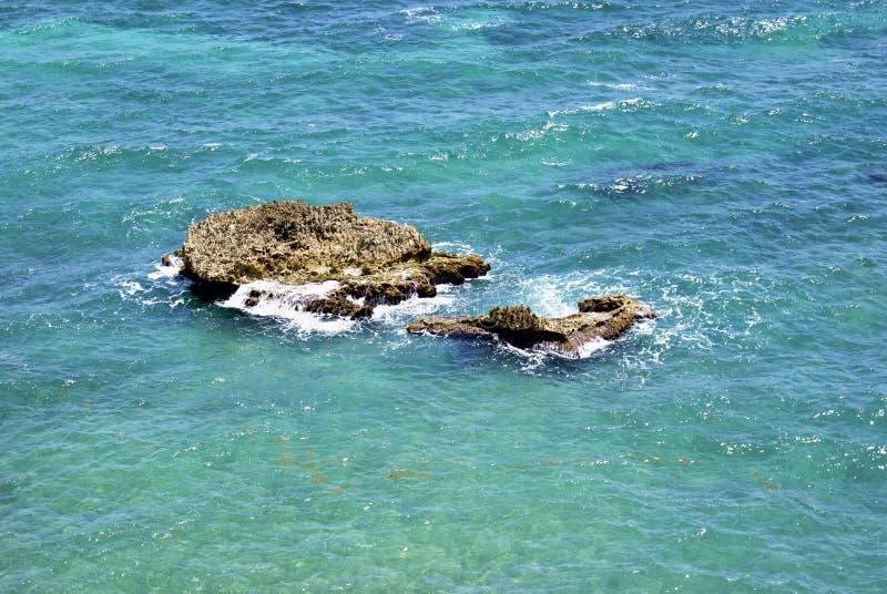 Strand en rotsen stock fotografie