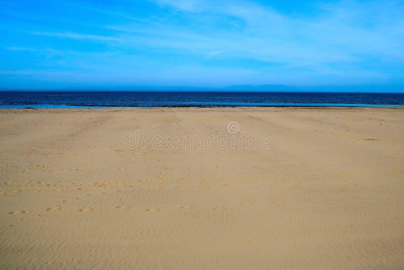 Strand en Zeegezicht bij een Kustplaats stock foto