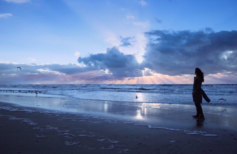 Strand en zonsondergang stock foto