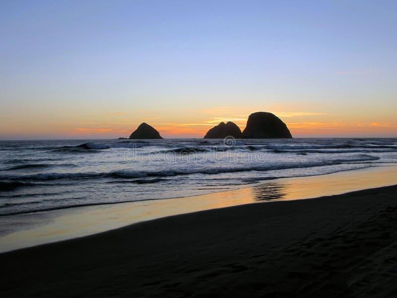 Strand en zonsonderganghemel stock afbeelding