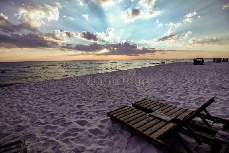 Strand en zonsonderganghemel royalty-vrije stock foto's