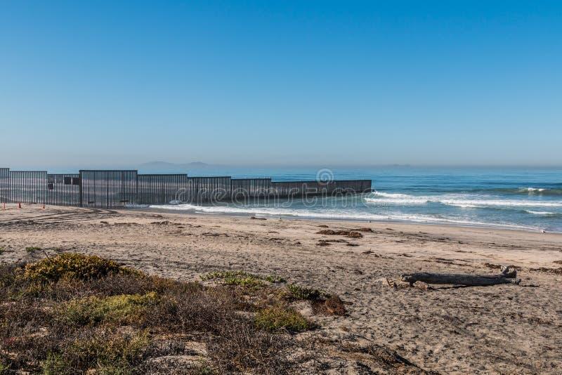 Strand för gränsfältdelstatspark med Tijuana, Mexico i avstånd arkivbilder