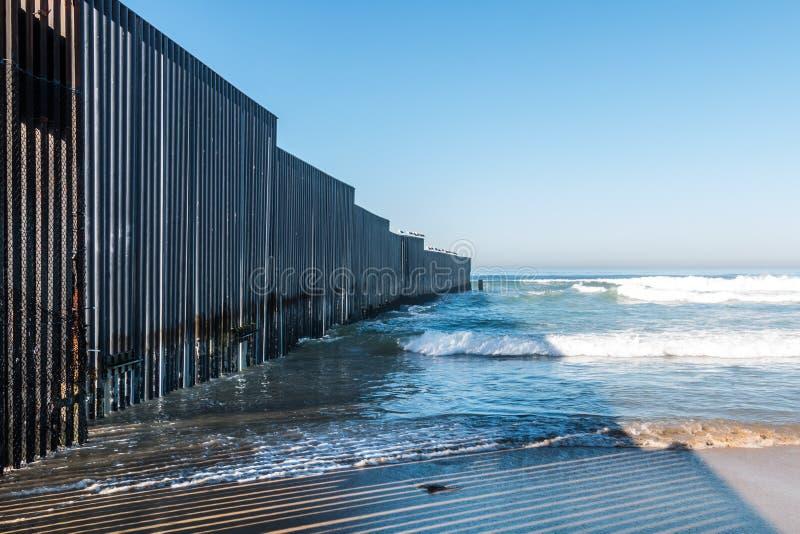 Strand för gränsfältdelstatspark med väggen för internationell gräns arkivbilder