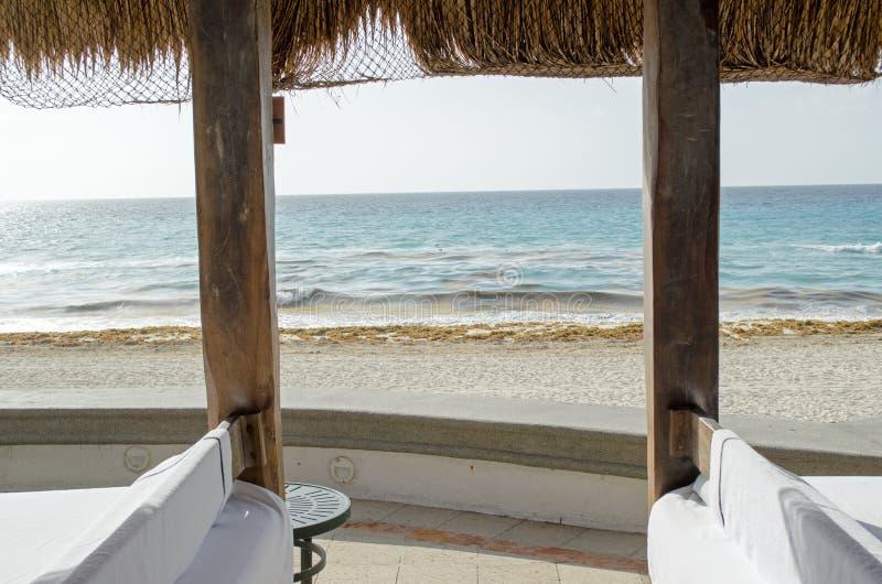 Strand för karibiskt hav med himmelhorisonten och vatten royaltyfria foton