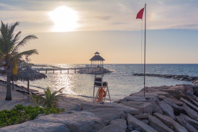 Strand för OceansideGazebosolnedgång med livräddaren Chair arkivfoto