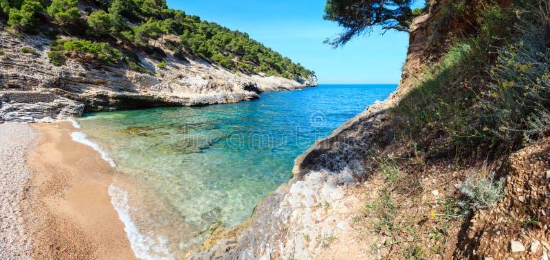 Strand för pergola för sommarBaia della, Puglia, Italien royaltyfri foto