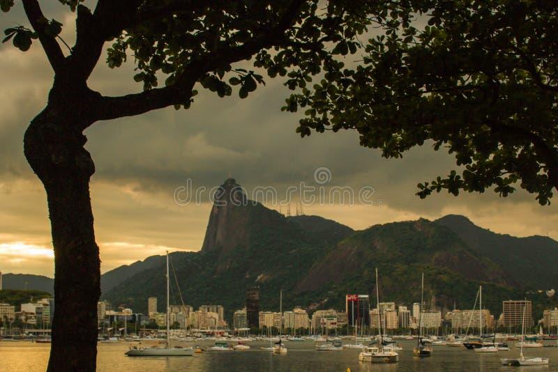 Strand för Praiada Urca på solnedgången i grannskapen av Urca nära det Pao de Acucar berget royaltyfri fotografi
