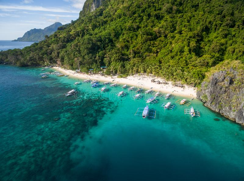 Strand för sju kommandon i El Nido, Palawan, Filippinerna Turnera a-rutten och förlägga royaltyfri foto