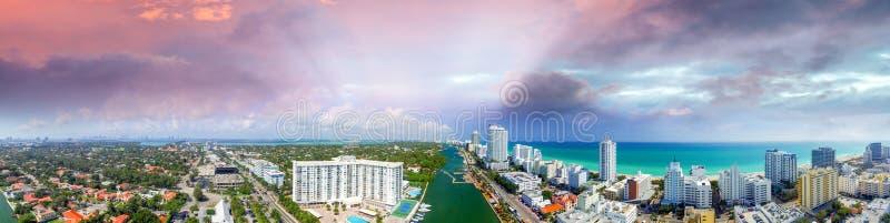 strand florida miami Flyg- sikt för panorama- solnedgång arkivbilder