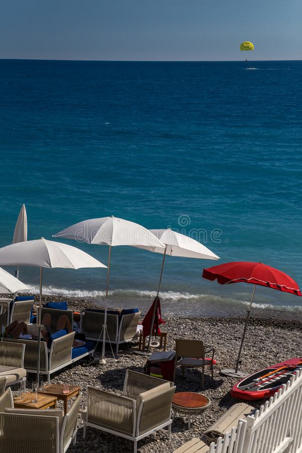 Strand in französischem Riviera lizenzfreies stockfoto