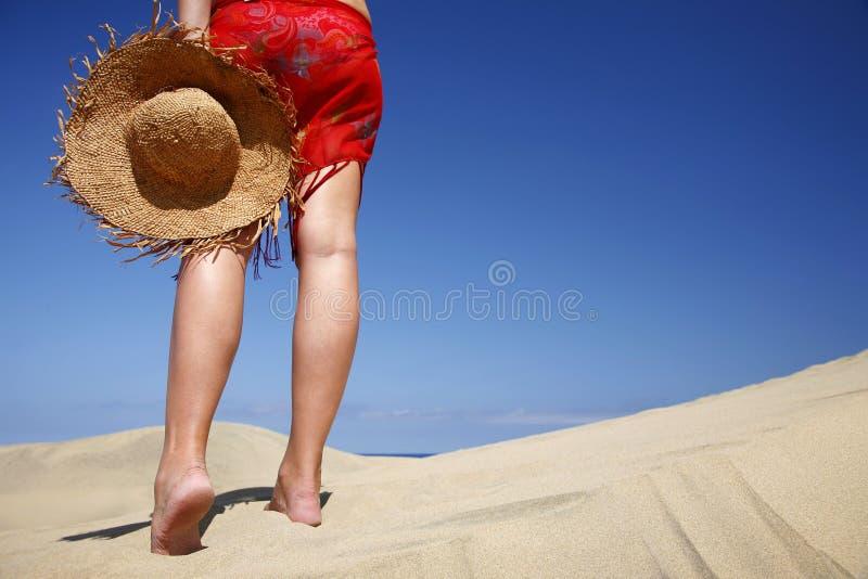 Strand-Frau und Hut lizenzfreie stockbilder