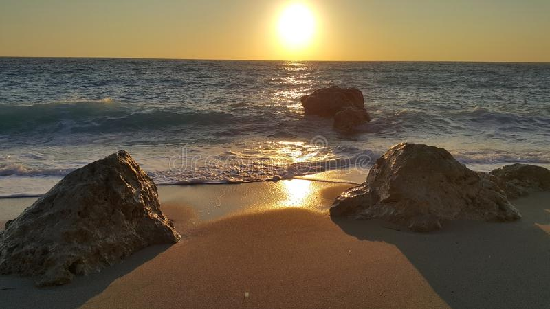 Strand in Griechenland bei Sonnenuntergang stockfotografie