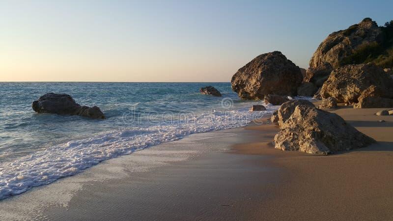 Strand in Griechenland bei Sonnenuntergang lizenzfreie stockfotografie