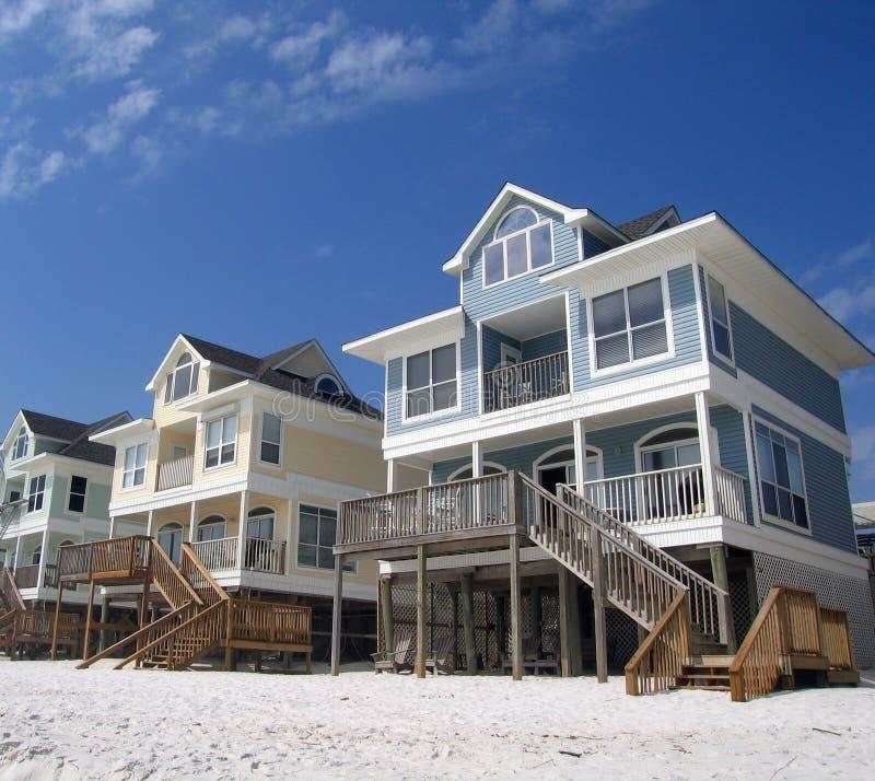Strand-Häuschen auf einer weißen Sand-Küste lizenzfreies stockfoto