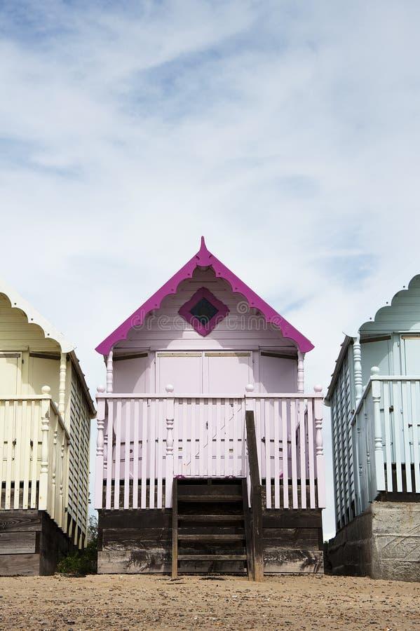 Strand-Hütten bei West-Mersea, Essex, Großbritannien. lizenzfreies stockfoto