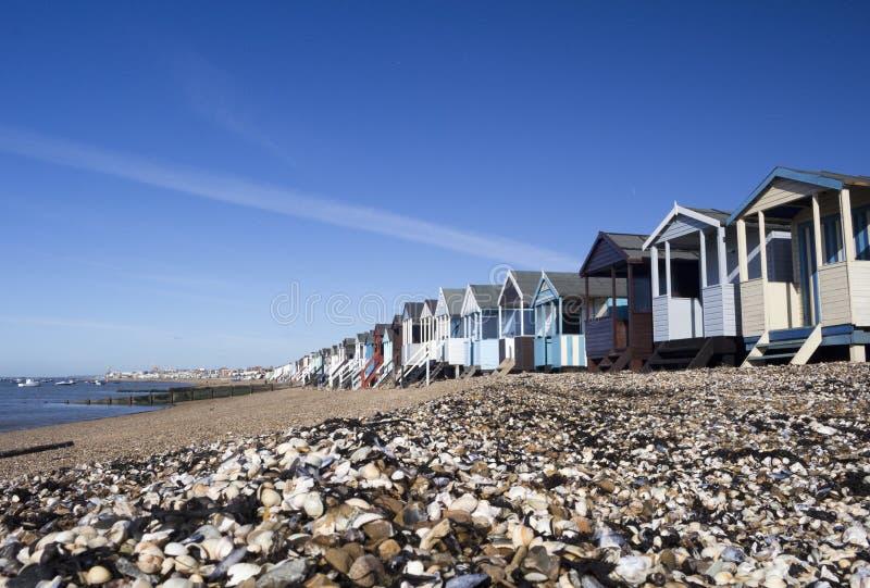 Strand-Hütten an Thorpe Bucht, Essex, England lizenzfreie stockfotos