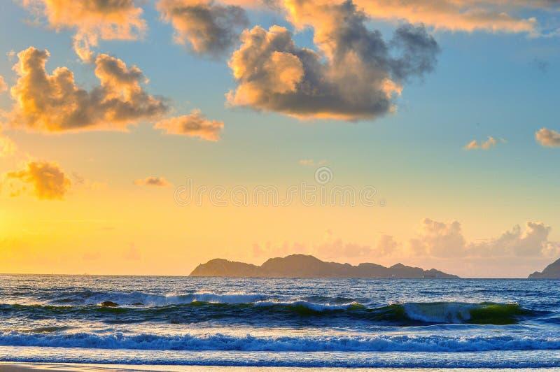 Strand h?rlig solnedg?ng f?r strand royaltyfri bild