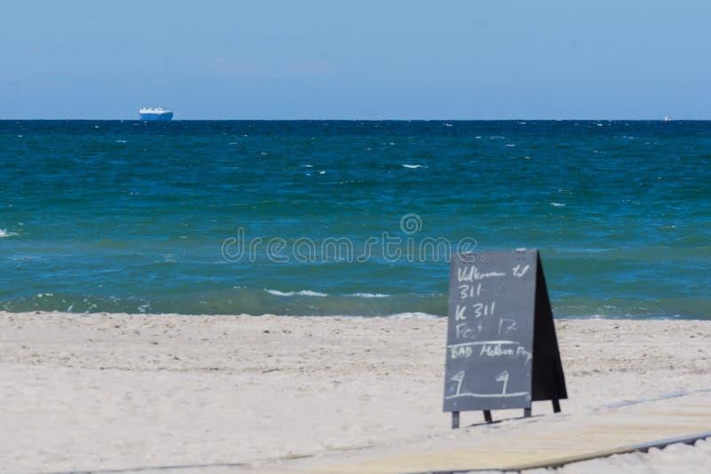 Strand, hav och ett skepp fotografering för bildbyråer