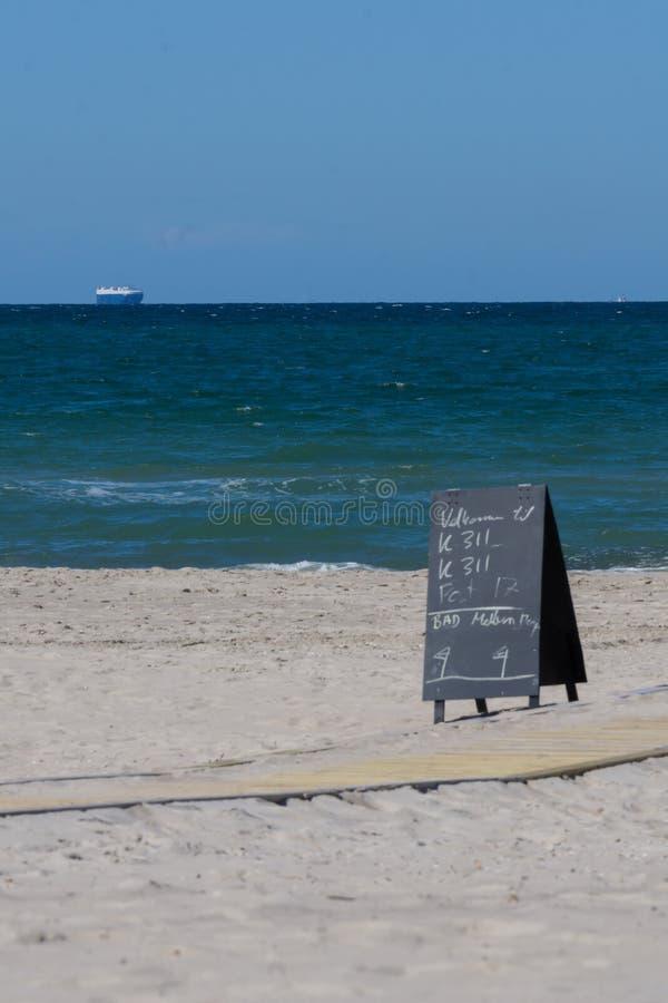 Strand, hav och lastfartyg royaltyfri fotografi