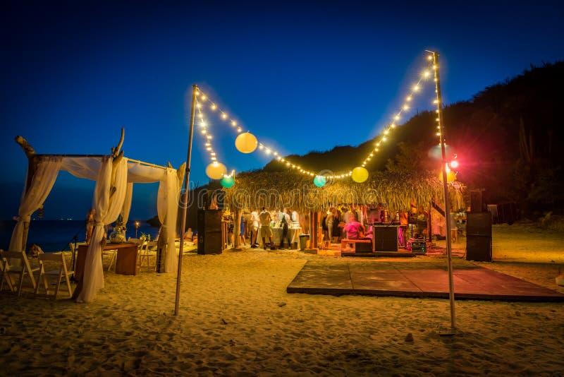 Strand-Hochzeit an Nacht-Curaçao-Ansichten stockbilder