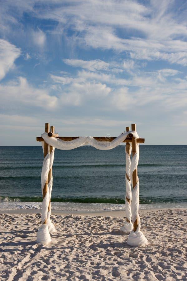 Strand-Hochzeits-Bogen stockbild