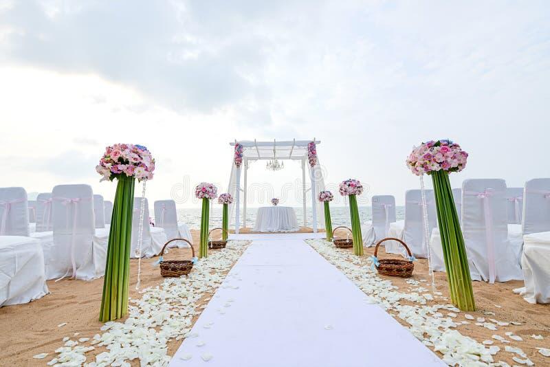 Strand-Hochzeits-Zeremonie auf dem Strand mit Meer und Himmel in romantischem stockfotografie