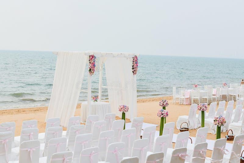 Strand-Hochzeits-Zeremonie auf dem Strand mit Meer und Himmel in romantischem lizenzfreies stockfoto