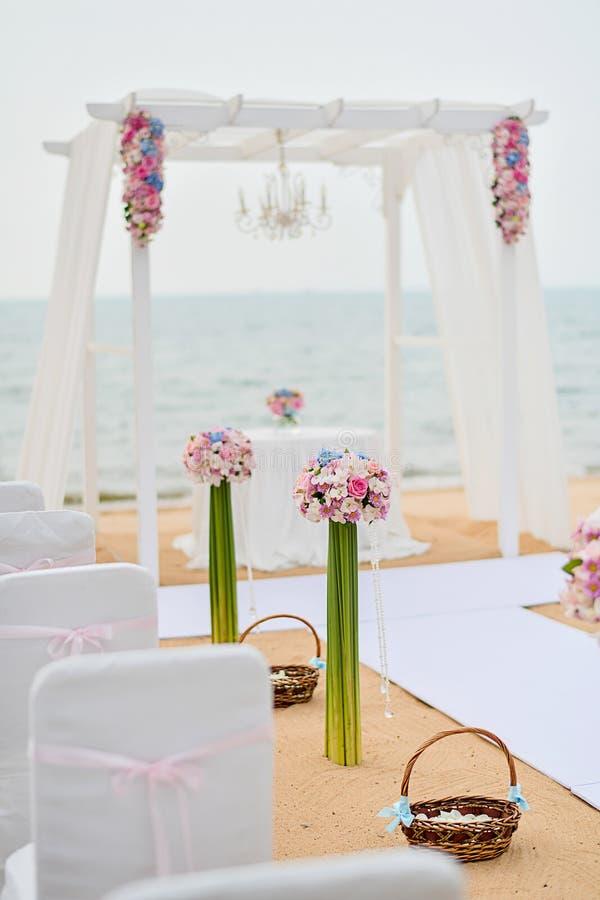 Strand-Hochzeits-Zeremonie auf dem Strand mit Meer und Himmel in romantischem stockbilder