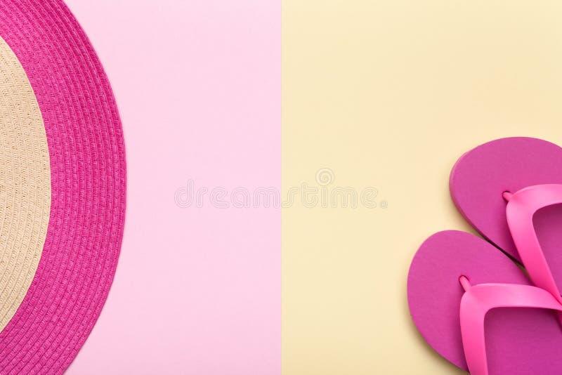 Strand-Hut und Flip Flops auf Pastellhintergrund lizenzfreie stockbilder