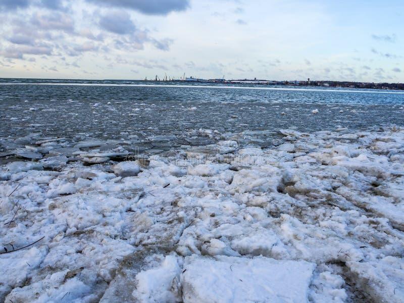 Strand i snön och isen arkivfoton