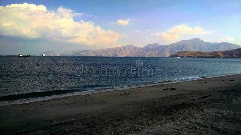 Strand im musandam lizenzfreie stockfotos