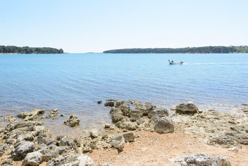 Strand in Istria nahe Medulin, Kroatien lizenzfreies stockfoto