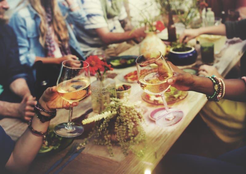 Strand jubelt Feier-Freundschafts-Sommer-Spaß-Abendessen-Konzept zu stockbild