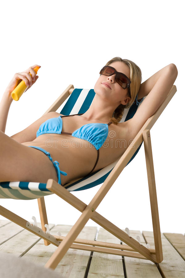 Strand - junge Frau im Bikini wenden Suntanlotion an stockfoto