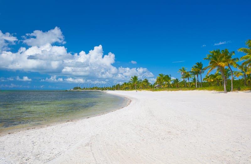 Strand in Key West Florida dichtbij Miami met blauwe hemel stock foto's