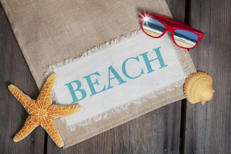 Strand-Konzept mit Sonnenbrille stockbild