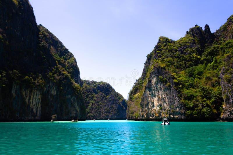 Strand in Krabi-provincie Wedijver van Maya Bay, Phi Phi-eiland Hong Islands-lagune Grijze groene steenrots op de achtergrond van royalty-vrije stock foto's