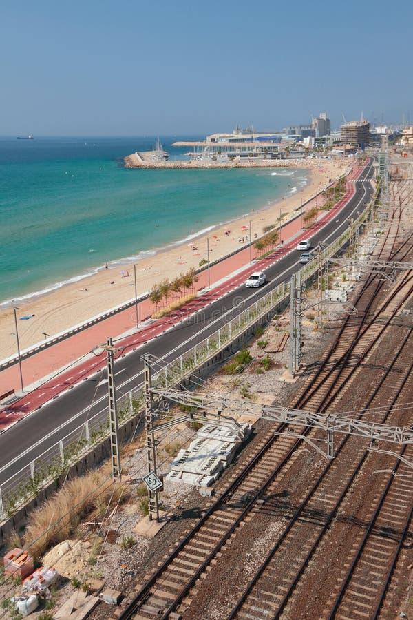 Strand, Landstraße und Eisenbahn entlang Seeküste Tarragona, Spanien stockbild