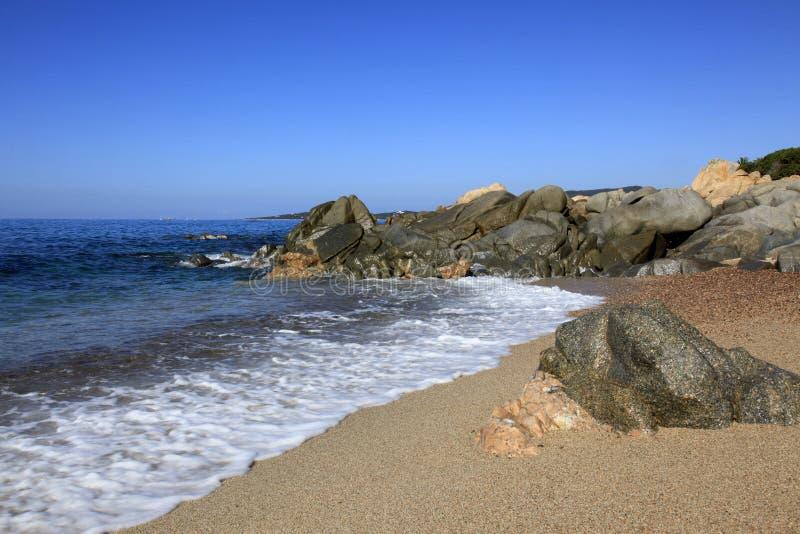 Strand langs kust van Olmeto, dichtbij Propriano, Zuidelijk Corsica royalty-vrije stock afbeelding