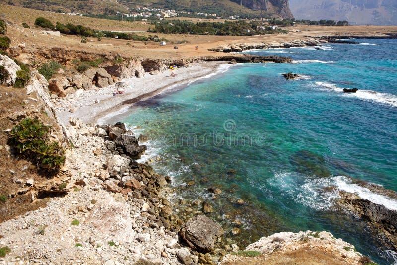 Strand langs rotsachtige zeekust stock fotografie