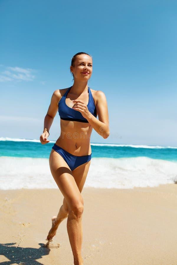 Strand-Lauf Eignungs-Frau im Bikini, der in Sommer läuft stockbilder