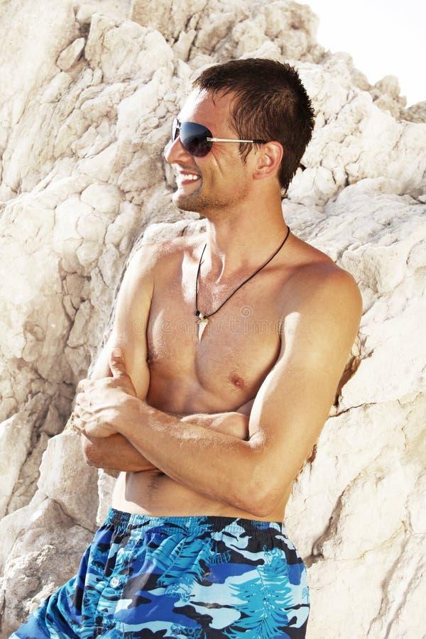 Strand. Lyckliga stiliga män för sommar arkivbilder