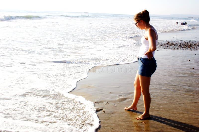 Download Strand-Mädchen stockfoto. Bild von einsamkeit, ozean, ruhig - 31142