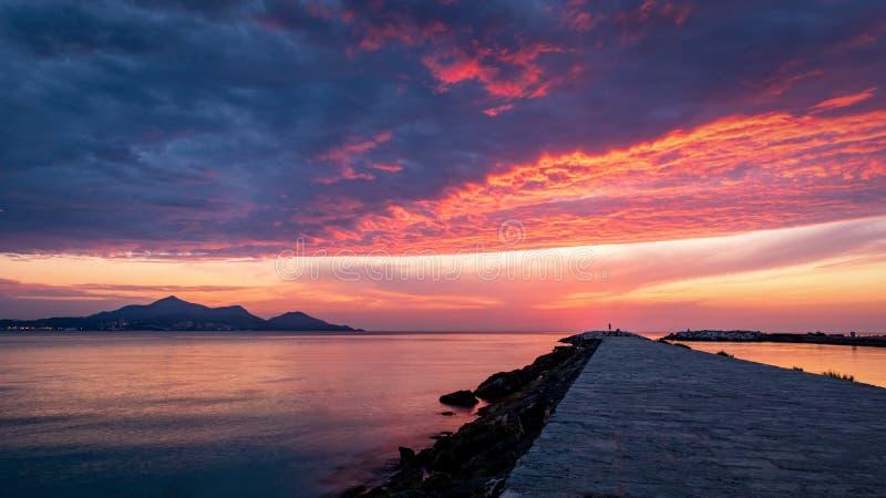 Strand Majorca Puerto de Alcudia bei Sonnenaufgang in Alcudia-Bucht in Mallorca-Baleareninseln von Spanien Sonnenaufgänge nahe de lizenzfreie stockfotos