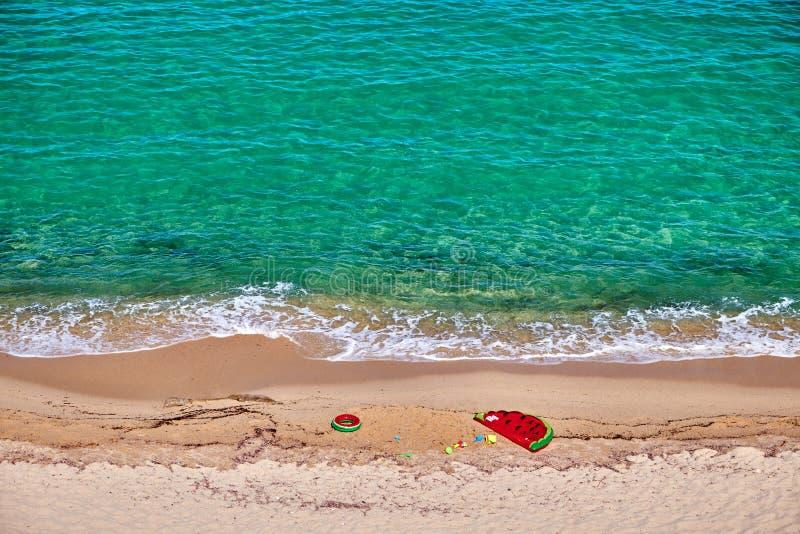 Strand med den uppbl?sbara fl?tet och cirkeln arkivfoto