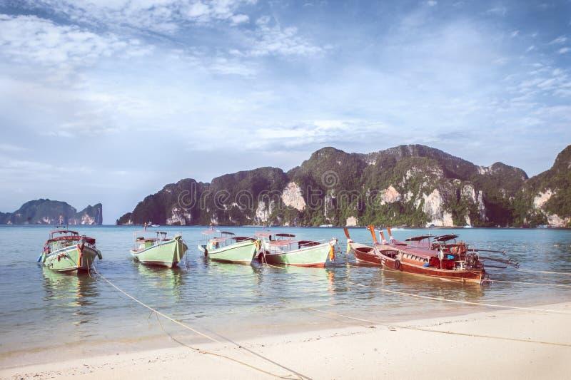 Strand med det vita sandlandskapet Fartyg som förtöjer i asiatisk stil, kanot Phi Phi Don royaltyfri foto