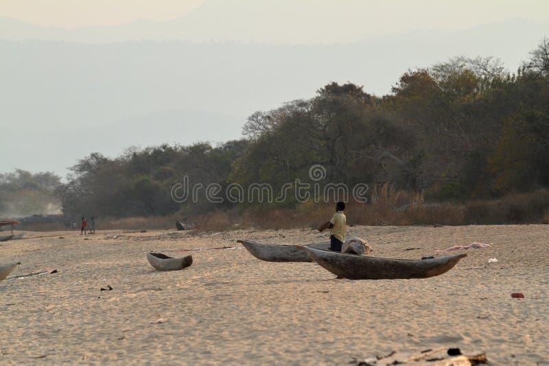 Strand med fiskebåtar på sjön Malawi fotografering för bildbyråer