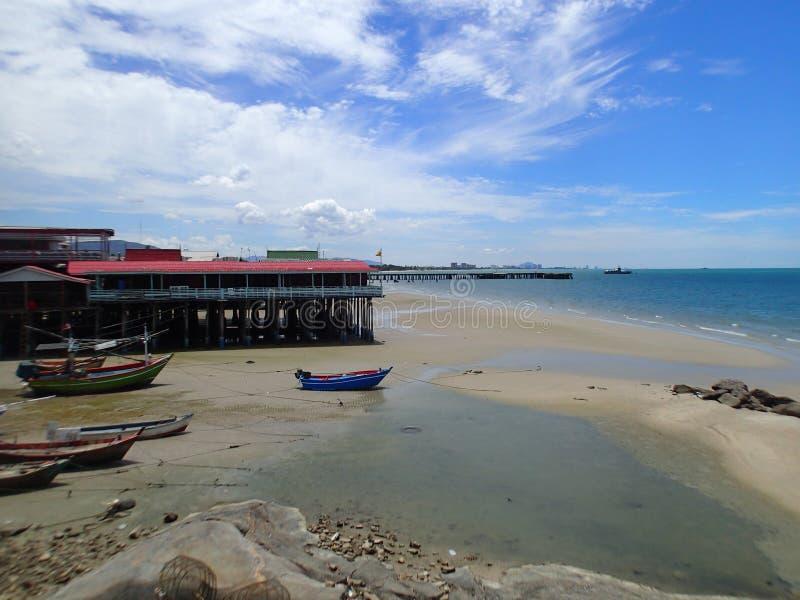 Strand med fiskebåtar, Thailand royaltyfri bild