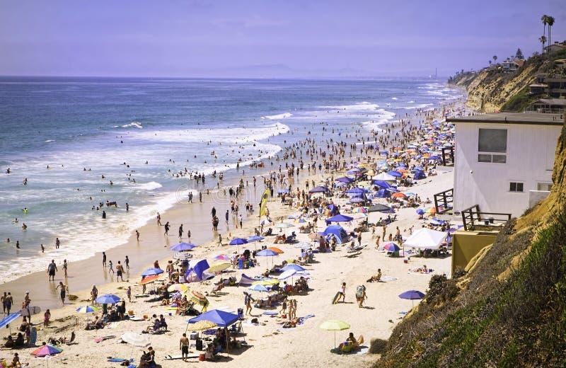 Strand med folk, Encinitas Kalifornien arkivfoton