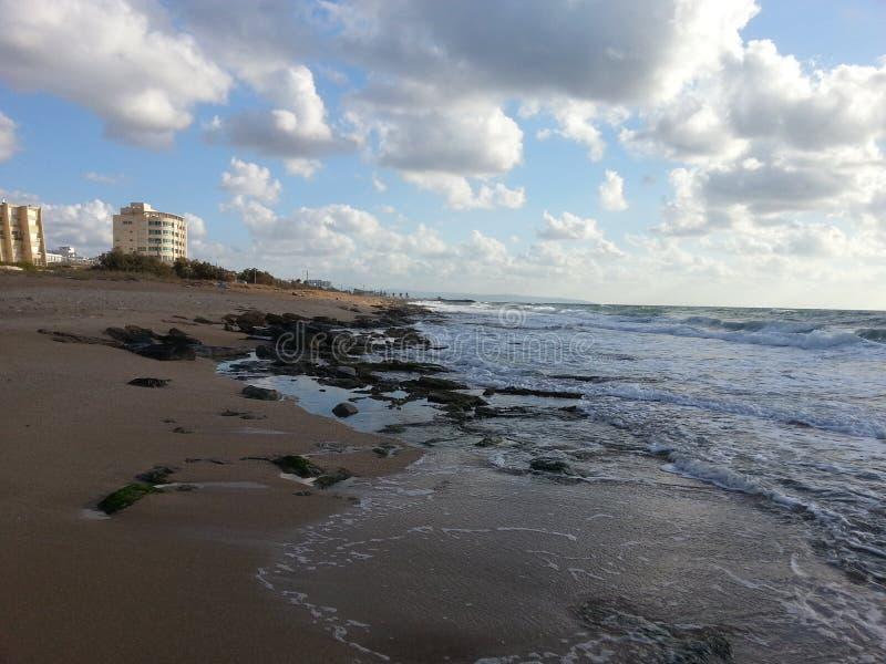 Strand med moln till oändligheten royaltyfria bilder